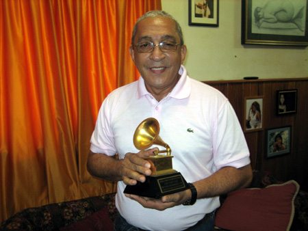 Juan Formell in 2008 with the Grammy for Llegó Van Van